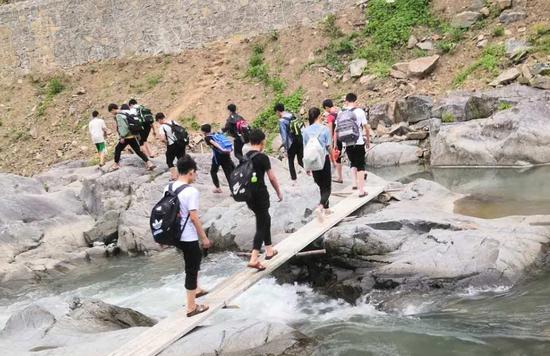 通过简易木桥。