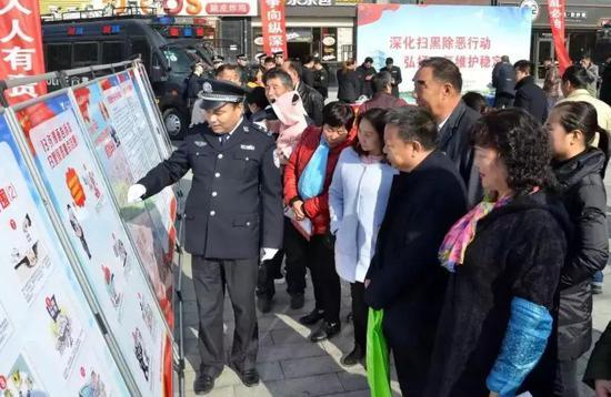 """宣传展板展示浐灞""""扫黑除恶""""专项斗争"""