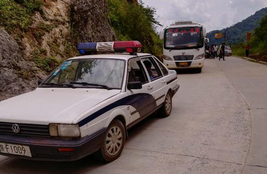 南郑区公安分局调配警车为考生一路护航。