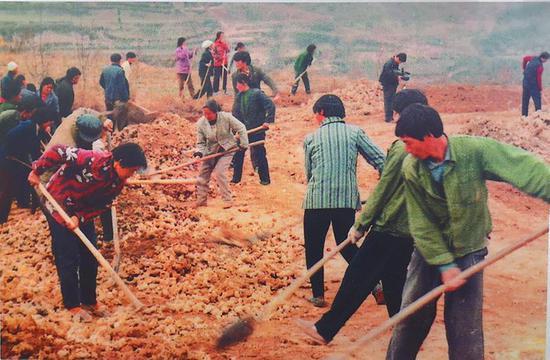 当年,在农村这种义务参加修路的场景到处都能看到。 资料照片