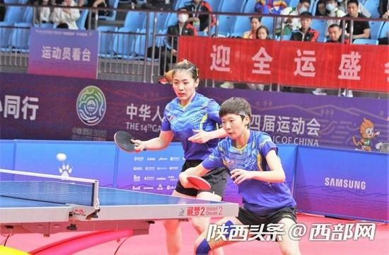黑龙江队王曼昱/车晓曦夺得十四运会乒乓球女双冠军。