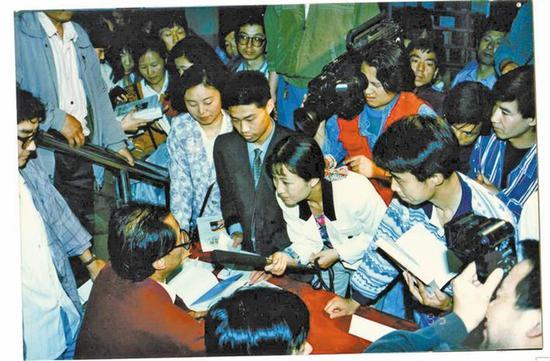 1995年,陈忠实在新华书店钟楼书店签售时的场景。 资料照片