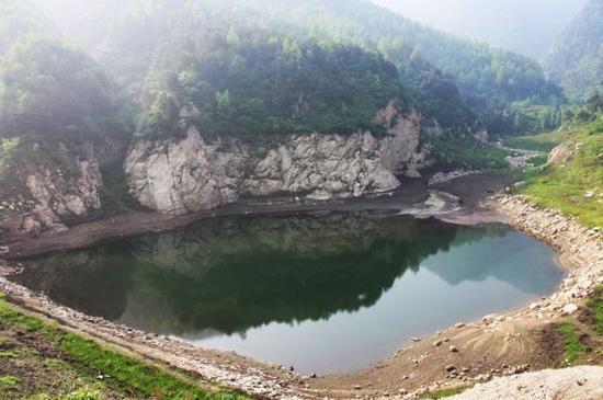 怪石林立的河道