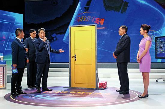 """观众向被问政单位送""""门""""当礼物本报记者王晓峰摄"""