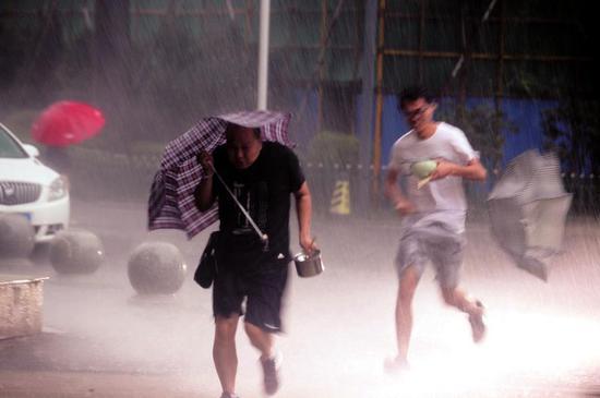 突如其来的暴雨让市民来不及躲避。