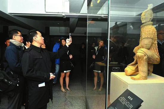 游客参观修复后的兵马俑。