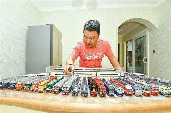 侯玉林和他收藏的多个型号的火车模型。 本版照片除署名外均由记者 李念摄