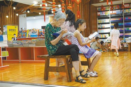 在新华书店钟楼书店里,随处可见捧着书阅读的市民。