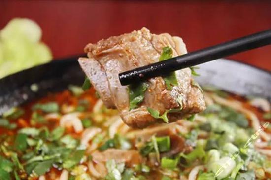 类似过桥米线的做法,店面是那种速食餐吧的感觉……