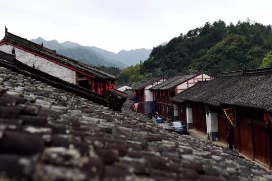 老县城的轮廓尚在,客栈、当铺、酒楼、茶楼等主体的明清建筑群至今保存完好。
