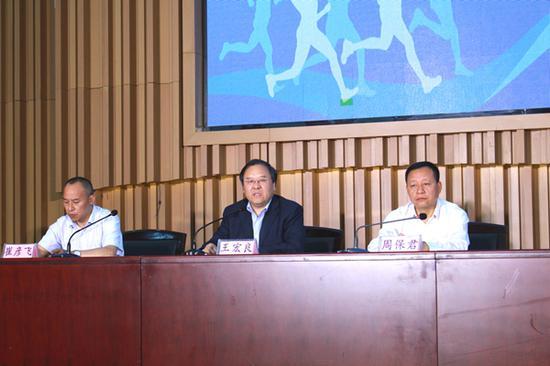 宝鸡市体育局副局长王宏良同志答记者问