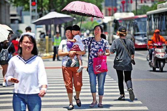 高温天市民出行 本报记者王晓峰摄