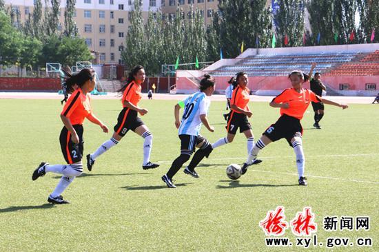 2018年榆林市中学生运动会女子足球比赛现场(杜倩摄)