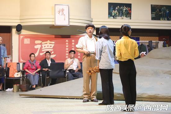 该剧还大量运用了方言和秦腔乐曲元素,使全剧充满了陕西地方风情。