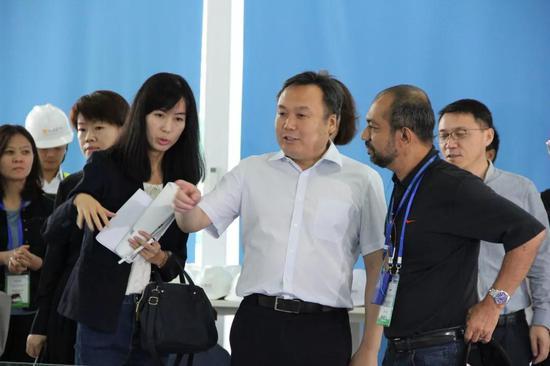 为考察团介绍丝路国际会展中心项目建设情况