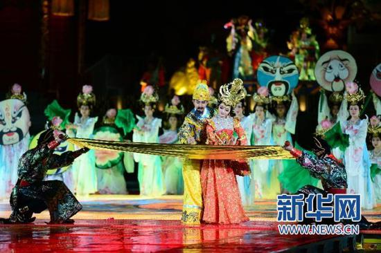 3月26日,演员在临潼表演2017版实景历史舞剧《长恨歌》。新华社记者 邵瑞 摄