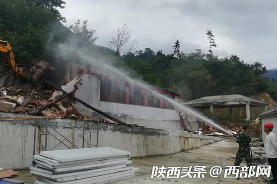留坝县集中拆除张良庙附近违建1742平方米。