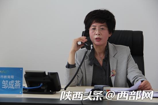 安康市教育局长邹成燕通过12345接热线听民声。
