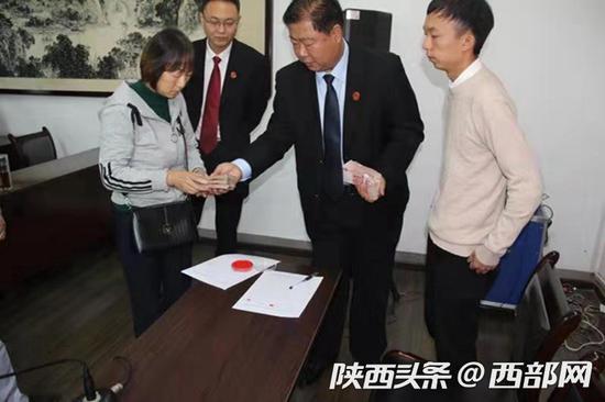 汉滨法院为21名申请人发放110多万元执行款。