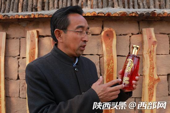 """王宁山村第一书记杜军锋正在介绍""""佳州红""""。"""