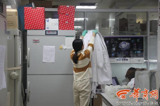 提到何懿斐,实验室的同学满满的称赞。
