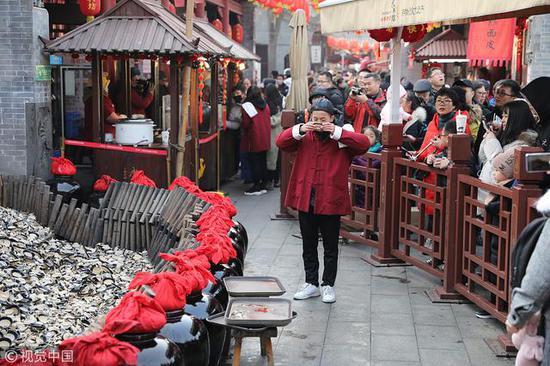 永兴坊游客排队等喝摔碗酒 还有游客扮店小二