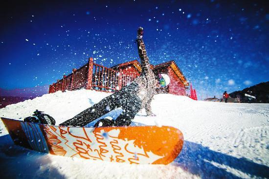来自西安的滑雪爱好者在照金滑雪场尽情嬉戏。 本版照片除署名外均为记者 杨光摄