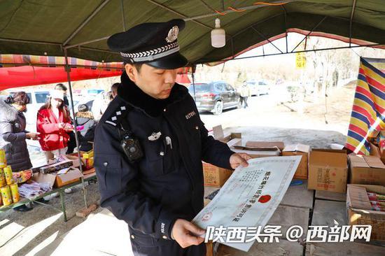 民警检查花炮销售点,并指导销售人员正确使用灭火器。