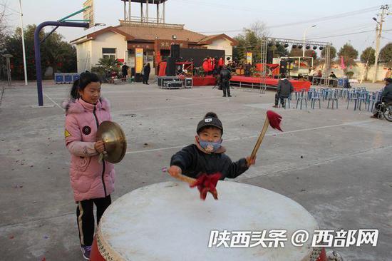 乡村年味:返乡青年集体筹划办起乡村春晚,村民登台当主角。