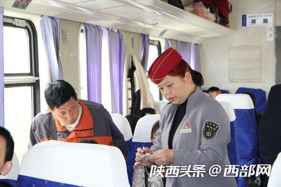 查验车票询问旅客去向是工作常态。