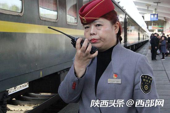 向车长与安康车站执勤人员对接相关工作。