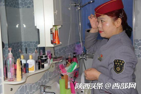 在家化好妆把最好的一面留给旅客。