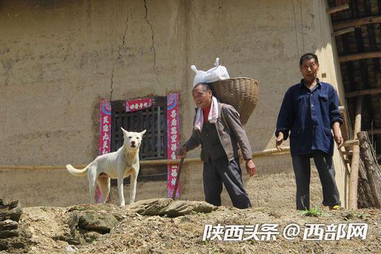 走了7里多地,背挂面的李安兴受到村民欢迎。