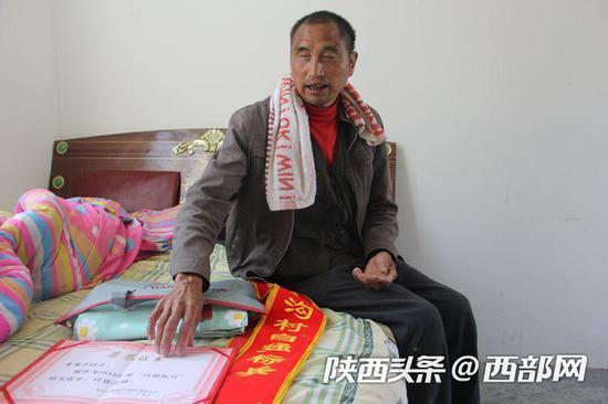 李安兴说,这是他56岁生日前首次获得的荣誉证书。