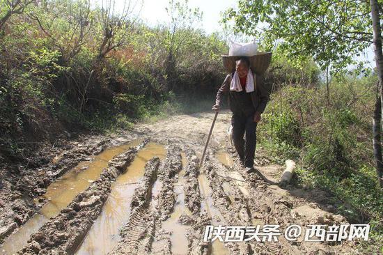 道路泞泥是李安兴最恼火的事。