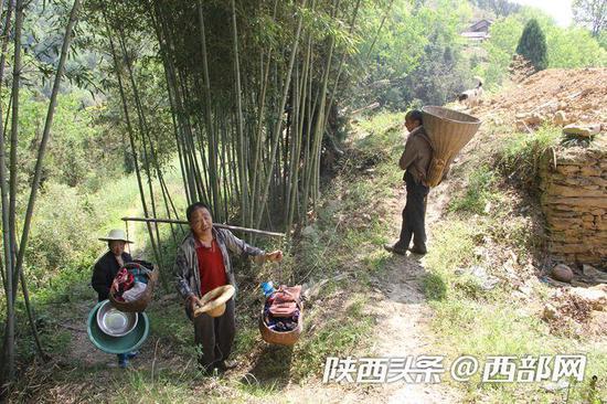 村民招呼送货回家的李安兴到家吃晌午饭。
