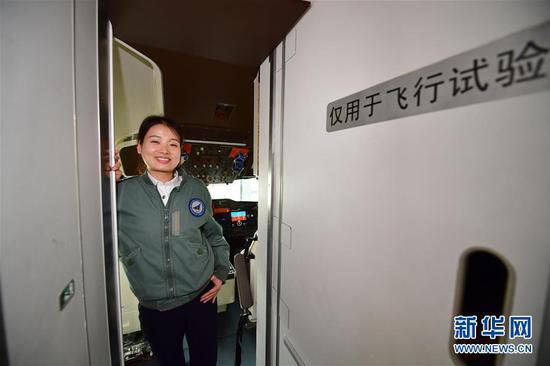 C919试飞员团队中唯一一位女性、我国首位民机女试飞员蒋丹丹走出飞行试验机驾驶舱(3月5日摄)。新华社记者 邵瑞 摄