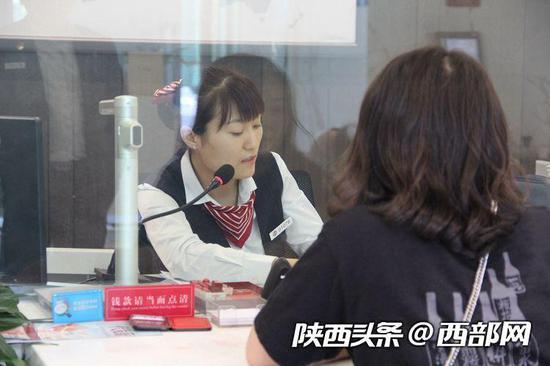 李莉在为客户办理业务。