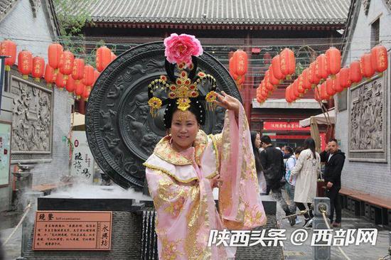 游客在永兴坊拍照留恋。