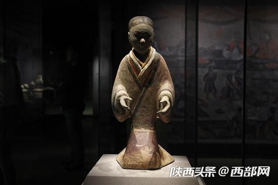 这个女俑的裙摆呈紫色,这个颜色在汉代陶俑中实属不常见。