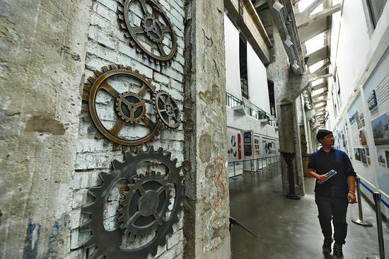 废旧的大型齿轮营造出当年陕西钢厂车间的氛围(5月16日拍摄)。
