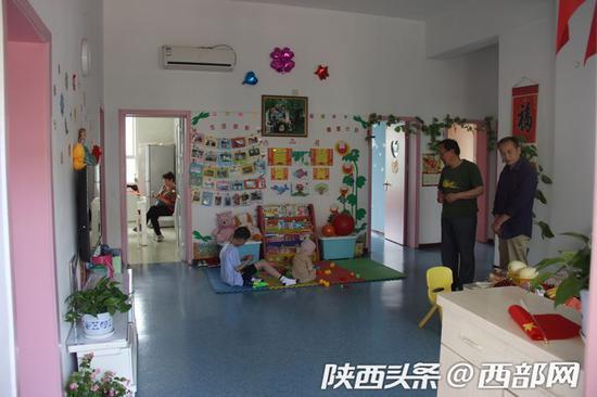 模拟家庭为孩子们创造了温馨的家庭生活环境。