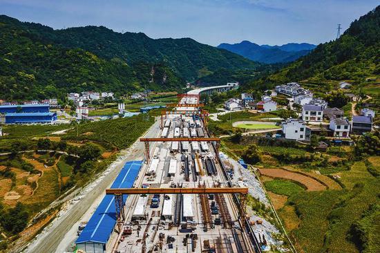 5月24日,平镇高速公路一标段建设现场。