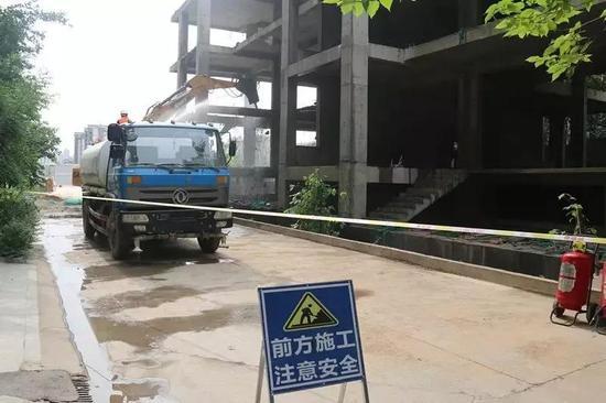 钻石半岛别墅主体违法建设拆除前
