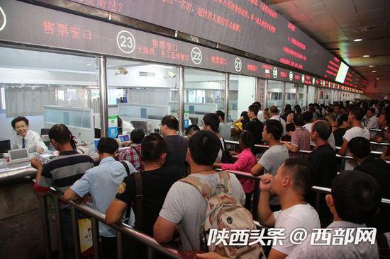 西安火车站售票大厅人潮拥挤(摄影:金航)