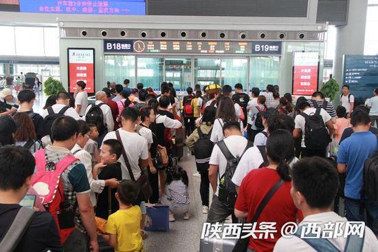 西安北站候车大厅旅客在等待检票(摄影:翟颢)