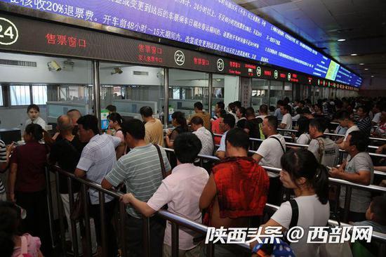 西安火车站售票大厅旅客排长队购票