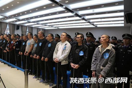 汉台法院公开宣判余彦新等系列涉黑案件。
