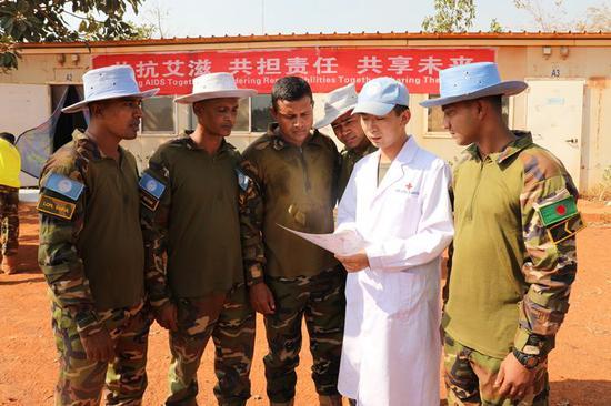 2018年11月30日,中国第九批赴南苏丹维和医疗分队组织预防艾滋病活动。