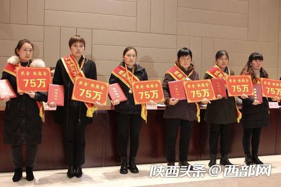 6位已故同志家属上台接受见义勇为英雄荣誉称号追授。